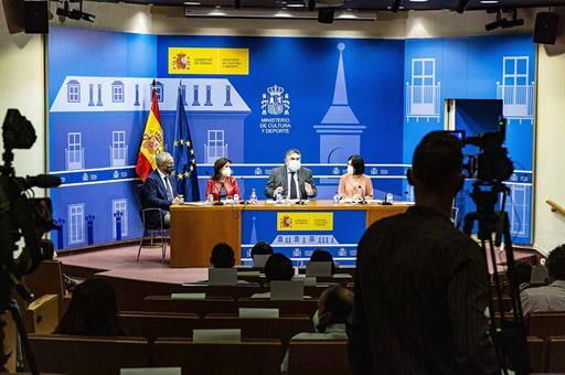 Margarita Robles, José Manuel Rodríguez Uribes y Carolina Darias